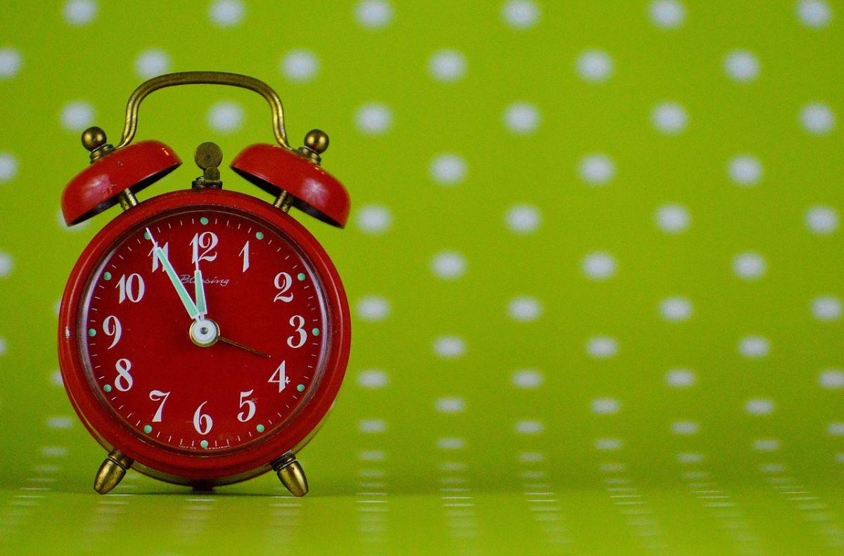 「明日は何時に起きますか」に関連する英語フレーズ