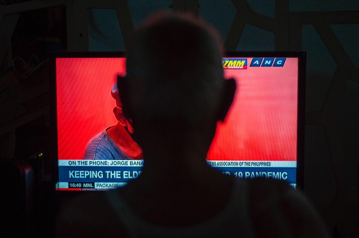 「テレビをつけて」に関連する英語フレーズ