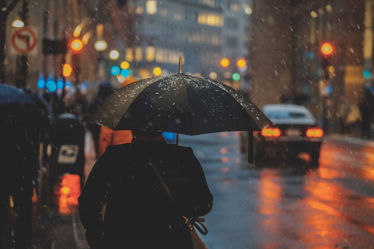 「朝から雨が降ったりやんだりしている」に関連する英語フレーズ